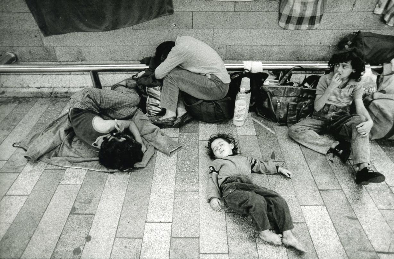 Rumunští uprchlíci na pražském Nádraží Holešovice v létě 1990. První lidé, jimž pomohla NADĚJE. Foto Karel Cudlín